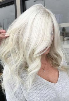 Find 59 examples of platinum blonde hair color shades to rock, as well as the best platinum hair dye kits to achieve the perfect icy hair at home! Silver Platinum Hair, Platinum Blonde Hair Color, White Blonde Hair, Dyed Blonde Hair, Icy Blonde, Blonde Hair Colour Shades, Cool Hairstyles, Hairstyle Ideas, Hair Ideas