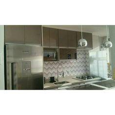 """74 curtidas, 2 comentários - Cafofo 1009 (@cafofo1009) no Instagram: """"Domingao com cozinha plim!!😆 #gianduia #brancoitaunas #torneiragourmet #cozinhapequena #instadecor"""""""