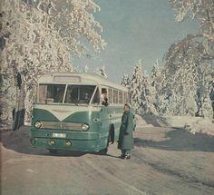 Da uns ja für die richtige Weihnachtsstimmung der Schnee fehlt, gibt es heute ein schönes Foto von einem Ikarus und dem Genossen Verkehrspolizisten aus dem Jahr 1963. Via https://fb.com/omnibus.leipzig/posts/798014503567515