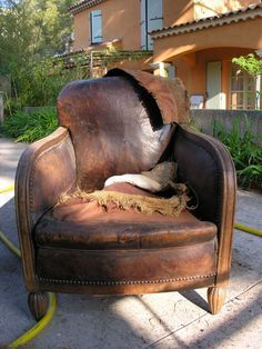 Club chair: restoration of an old armchair - Home Office Pin Used Chairs, Cool Chairs, Bag Chairs, Leather Dining Room Chairs, Living Room Chairs, Office Waiting Room Chairs, Office Chairs, Tommy Bahama Beach Chair, Swivel Rocker Recliner Chair