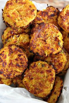 Spaghetti Squash Tots are an addictive crispy snack that will have you reaching for more! These little tots are so tasty it will be hard to believe they are healthy and low-calorie too! Keto Recipes, Vegetarian Recipes, Dinner Recipes, Cooking Recipes, Healthy Recipes, Free Recipes, Easy Recipes, Courge Spaghetti, Spaghetti Squash Recipes