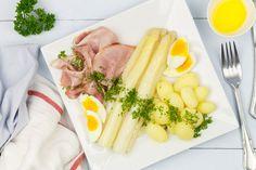 Witte asperges met ham, krieltjes en botersaus (klassiek recept!)