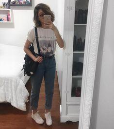 """mom jeans tenis branco camiseta de banda Yasmim fassbinder @yaah_Hoje escolhemos uma peça que vocês já sabem que eu adoro: a Mom Jeans! Quem ainda não viu, eu já fiz uma semana de #7lookschallenge só com ela lá no comecinho! Você pode ver aqui no meu feed mesmo ou lá no meu Pinterest na pasta """"#7lookschallenge"""", que tem todos os looks que já usei no desafio. Pra me achar lá é só procurar por """"yaahfassbinder""""! Dessa vez eu quis montar um look bem básico com a mom, pra mostrar que é uma peça…"""