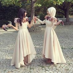 I love these bridesmaids look😍😍😍 Very classy and elegant with the pleated dipped hem look👏🏽👏🏽 I also love how their bouquets match the floral designs on the neckline perfectly🌸 Pic from: Hijab Evening Dress, Hijab Dress Party, Hijab Wedding Dresses, Evening Dresses, Bridesmaid Dresses, Prom Dresses, Hijab Outfit, Abaya Fashion, Muslim Fashion