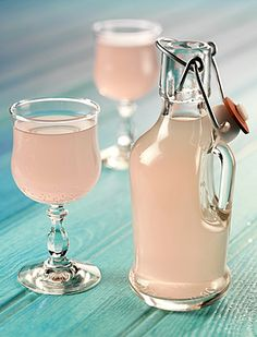 Lavender Lemonade Recipe I would try to switch out some of the sugar for something a tad healthier. This sounds amazing though Refreshing Drinks, Summer Drinks, Cocktail Drinks, Fun Drinks, Alcoholic Drinks, Cocktails, Jamie Oliver 15 Minute Meals, Lavender Lemonade, Creative Food