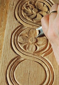 Ted's Woodworking Plans - sculpture-sur-bois-massif-debutant-exercices-creer-fleur - Get A Lifetime Of Project Ideas & Inspiration! Step By Step Woodworking Plans Wood Carving Designs, Wood Carving Tools, Wood Carving Patterns, Easy Woodworking Projects, Diy Wood Projects, Woodworking Plans, Youtube Woodworking, Woodworking Patterns, Woodworking Skills
