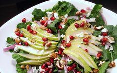 Insalata con pere e melograno - La tavola del Natale si arricchisce di gusto e colore con questa squisita insalata a base di frutta e verdura, speciale per le tue feste in compagnia.
