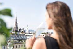 Über den Dächern von Wien – und in der Atmosphere Rooftop-Bar im Ritz-Carlton an der Wiener Ringstraße.