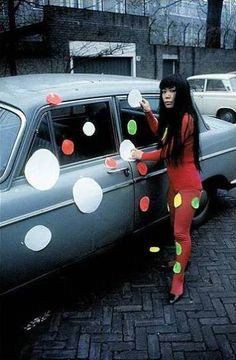 Yayoi Kusama - Art & Installation - Pop Art - Polka Dots, even in the streets! Yayoi Kusama, Auguste Rodin, Andy Warhol, Style Année 60, Pop Art, 7 Arts, Psychedelic Colors, Feminist Art, Art Icon