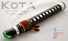 Hi everyone, we are honored to show of our latest creation: the KOTA, a lightsaber based on the weapon used by jedi Rahm Kota in the Force Unleashed gam. KOTA: a Rahm Kota lightsaber Lightsaber Design, Custom Lightsaber, Lightsaber Hilt, Star Wars Rpg, Star Wars Clone Wars, Star Trek, Sci Fi Weapons, Fantasy Weapons, Star Wars Light Saber