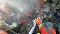 پیکردومین آتش نشان شهید در جستجوهای امروز پنجشنبه هم اکنون از زیر آوار خارج شد   فقط 3 پیکر مانده است  عکس