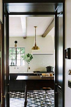 jessica-helgerson-black-brass-kitchen - home me Estilo Interior, Casas Interior, Brass Kitchen, Open Kitchen, Kitchen Black, Kitchen Tiles, Kitchen Floors, Kitchen Cabinets, Nice Kitchen
