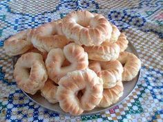 Rosquinha de Brevidade: 05 ovos 01 xícara de chá de açúcar 01 pitadinha de sal 250 gramas de polvilho doce ou azedo 01 colher de chá de fermento em pó.