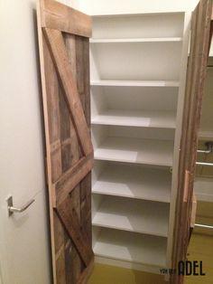 Kledingkast gemaakt onder schuin dak. Gemaakt van oud houten vloer planken en wit gelakt plaat materiaal