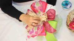 Detalles globos y chocolates Tutorial para elaborar un moño How to create spectaculars bun with ribbons.
