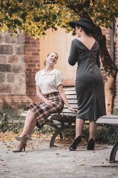 RetroCat and Madame Rhos in their vintage outfits Vintage Inspired Fashion, 40s Fashion, Vintage Fashion, Fashion Tips, Cute Modest Outfits, Rock Outfits, Nylons, Suspender Bumps, Skirt Pic