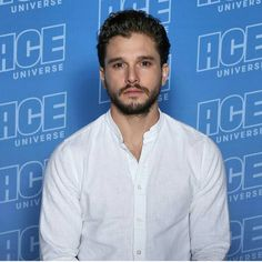 Ace comic con page just post this pic of Kit at the today ✨✨ Hair And Beard Styles, Curly Hair Styles, Ace Comics, Morgan Evans, Batman Poster, Kit Harrington, Daniel Gillies, Winter Is Here, Evan Peters