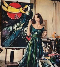 Model Ivy Nicholson posing in the studio of artist Marc Chagall in a dress by Claire McCardell, printed by Chagall. Photo by Mark Shaw, for LIFE Magazine. McCardell was inspired. Claire Mccardell, Fifties Fashion, Retro Fashion, Vintage Fashion, Fashion Art, Vintage Dresses, Vintage Outfits, Vintage Clothing, Sophisticated Outfits