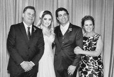 Uma das fotos que mais amo com as pessoas que eu mais amo! Meus pais e meu marido! Dicas sobre o casamento no Instagram @thedressingproject e no Facebook The Dressing Project! 👰🏼