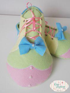 Sapato de palhaço em feltro para decoração.    É uma peça decorativa, não sendo possível para usar como sapato nos pés.    ***Valor referente ao par***