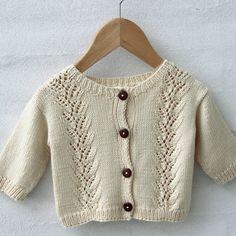 Cardigan Lace Flounce fra Go Handmade Knitting For Kids, Baby Knitting Patterns, Crochet Pattern, Baby Barn, Baby Cardigan, Designer Baby, Kids Outfits, Drops Design, Men Sweater