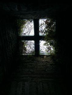 Foto van raampjes in ondergrondse gang in Ostia, weet niet wat het gangetje was, maar was mooi