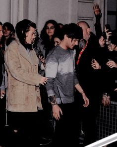 Leaving the BBC Radio 1 Studios x/x Couple Goals Relationships, Relationship Goals, Larry Gif, Bon Point, Larry Shippers, Bbc Radio 1, Mutual Respect, Louis And Harry, One Direction Pictures