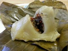 How to make Num Koum (Glutinous rice dumplings filled with sweet coconut, basil seeds and peanuts) Rice Desserts, Asian Desserts, Sweets Recipes, Asian Recipes, Cooking Recipes, Chinese Recipes, Cambodian Desserts, Cambodian Food, Cambodian Recipes