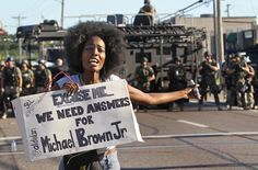 Eine Frau fordert Antworten, unter welchen Umständen Michael Brown von dem Polizisten getötet wurde.