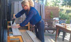 Nicole bouwt een houten loungebank voor buiten. Ze gebruikt planken van hardhout, losgeschroefd van onze schutting. In deze video zie je een visuele handleiding van de bouw van dit mooie tuinmeubel. Een gids in foto's.