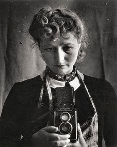 Julia Pirotte-Diament - Autoportrait avec un Rolleiflex, Marseille, 1943.