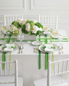 tavola allestita con nastri verdi