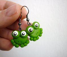 Žabičky Kuňkalky Náušnice v podobě žabek zelenkavé barvičky na gun metal háčku se zarážkama. Pouze jeden pár! :)