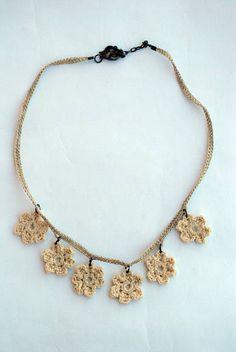 Colar de corrente de crochê, com flores de crochê engomado. Peças de montagem em ouro velho.