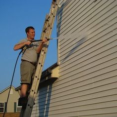 How to Clean Vinyl Siding - Power-washer water, white vinegar makes a great all-purpose cleanser that removes light mold and mildew stains. Clean Siding, White Siding, Exterior Siding, House Cleaning Tips, Spring Cleaning, Cleaning Hacks, Cleaning Supplies, Cleaning Vinyl Siding, Mildew Stains