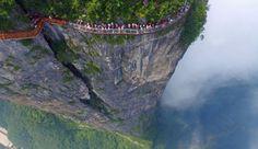 Lo skywalk del monte Tianmen, nella provincia cinese di Hunan, non è per i fifoni: questa passerella, situata a 1'200 metri di altezza, è dotata di un solo vetro, che offre una vista superba sul paesaggio al di sotto di esso.