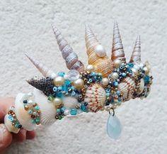 Mermaid Tiara: 20 ideas and how to do it Mermaid Crafts, Mermaid Diy, Mermaid Tails, Seashell Crafts, Mermaid Crowns Diy, Mermaid Shell Top, Mermaid Headpiece, Seashell Crown, Shell Crowns