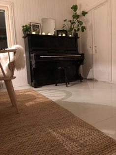 Black piano deco ideas, Piano in dining room, Piano plant deco, Vanha musta piano, Pianon koristeluideoita