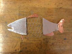 Dit is de vis in totaal. Ik heb hem eerst over getrokken op papier, dat heb ik uitgeknipt. De uitgeknipte stukken heb ik overgetrokken op ijzer/koper en dat heb ik toen uitgeknipt.