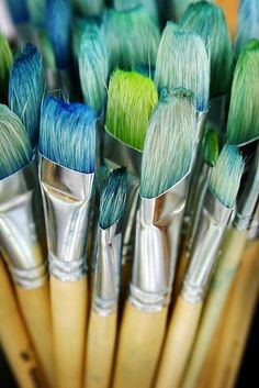 turquoise and green paint brushes Arte Sharpie, Atelier D Art, Foto Art, Design Hotel, Paint Brushes, Makeup Brushes, Tiffany Blue, Belle Photo, My Favorite Color