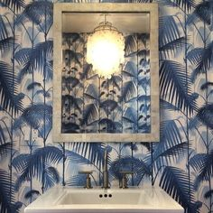 Cole and son palm jungle wallpaper. For more inspiration, design tips and home… Palm Wallpaper, Cole And Son Wallpaper, Bathroom Wallpaper, Guest Toilet, Downstairs Toilet, Deco Jungle, Tropical Bathroom, Colorful Bathroom, New England Homes