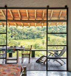 A casa confortável e simples tem piso de cimento, estrutura do telhado de eucalipto e paredes de pedra do local. Voltada para o sol, ela fica iluminada o ano todo