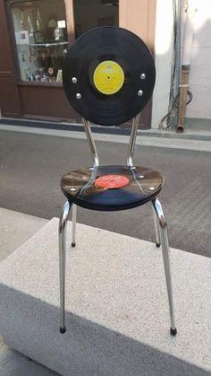 Chaise en vinyles customisée par nos soins. Assise réalisée avec 10 disques…                                                                                                                                                                                 Plus
