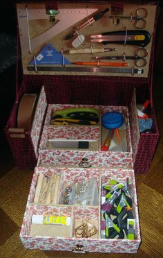 Malette à outils 3 Cardboard Paper, Cardboard Furniture, Cardboard Crafts, Craft Station, Pipe Cleaner Crafts, Embroidery Tools, Creative Box, Fabric Boxes, Altered Boxes