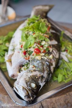 Steamed Fish With Lime and Garlic Recipe (ปลากะพงนึ่งมะนาว) Thai steamed fish recipe gedämpfte Fischrezepte gedämpfte fischrezepte folienverpackungen Fish Dishes, Seafood Dishes, Seafood Recipes, Cooking Recipes, Seafood Platter, Cooking Games, Garlic Recipes, Asian Recipes, Healthy Recipes