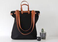 Diese tolle Tasche ist gleich 3 in 1:  Schultertasche, Rucksack und Handtasche! Multifunktional und je nach Bedarf tragbar!   Sie besteht außen aus festem, schwarzen Canvas; innen ist die...