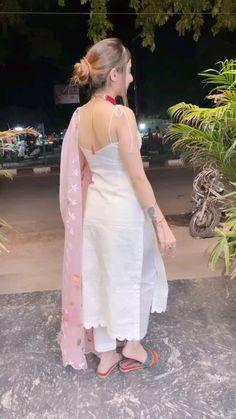 Dress Indian Style, Indian Fashion Dresses, Indian Designer Outfits, Girls Fashion Clothes, Designer Dresses, Stylish Work Outfits, Stylish Suit, Wedding Lehenga Designs, Saree Wedding