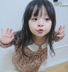 cute pic of a kid Cute Little Baby, Cute Baby Girl, Little Babies, Baby Love, Little Girls, Cute Asian Babies, Asian Kids, Cute Babies, Precious Children