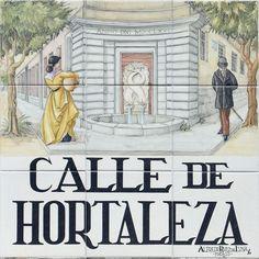 Calle de Hortaleza. Cartel de la calle muestra la fuente de los delfines en la esquina de las Escuelas Pías.