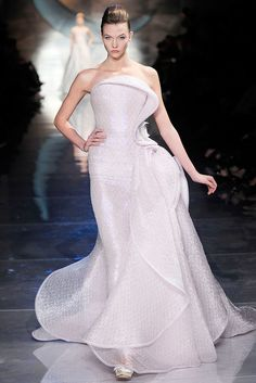 Armani Prive Spring 2010 Couture Pale Pink Iridescent Cascade Gown as seen on Karlie Kloss Haute Couture Dresses, Style Couture, Couture Fashion, Runway Fashion, Fashion Show, Uk Fashion, Fashion Spring, London Fashion, Trendy Fashion